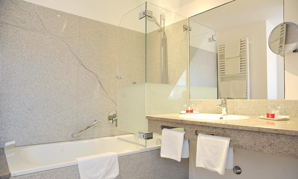 Modernes, helles Badezimmer mit Duschwanne im Hotel Tilman Riemenschneider in Rothenburg ob der Tauber