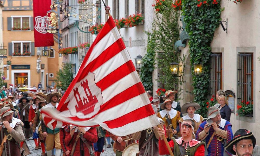 Pfingsten - Der mittelalterliche Heereszug des Historischen Festspiel in Rothenburg ob der Tauber
